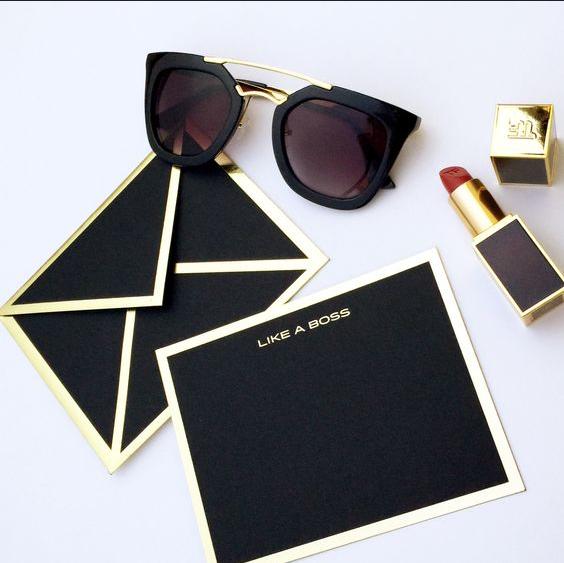 Like a boss. Chất liệu giấy mà đen tuyền với viền phong bì màu vàng. Đơn giản chính là đẳng cấp, bỏ qua hết những thứ cầu kỳ phức tạp, cái đẹp chỉ cần có thế