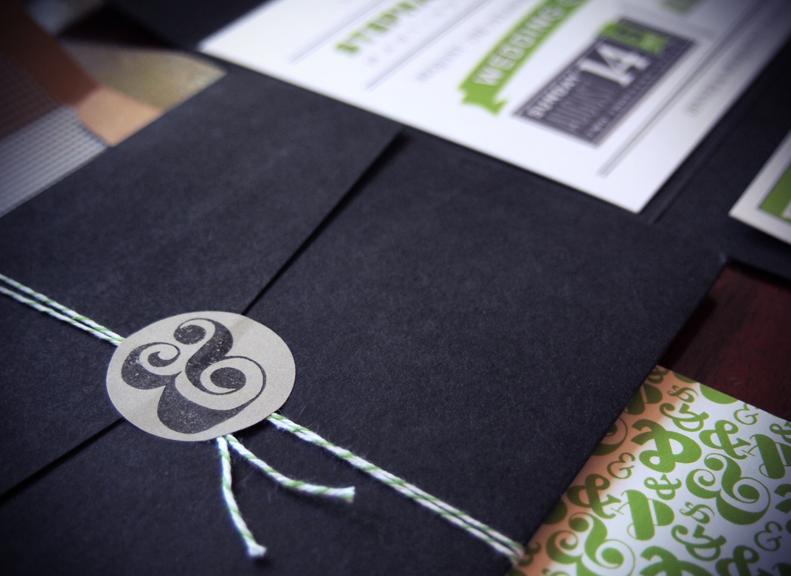 Thêm một mẫu phong bì thư nổi bật nữa đến từ sự đơn giản và gam màu đen huyền bì. Vẫn là ý tưởng niêm phong chiếc phong bì bằng logo công ty
