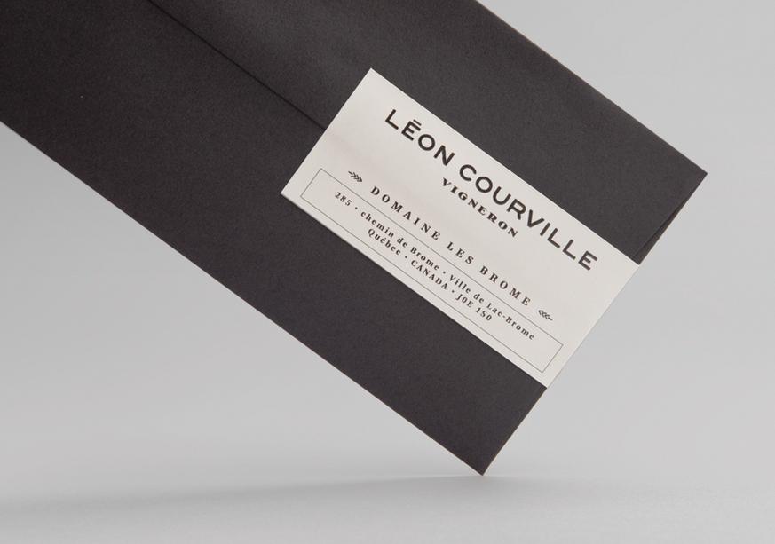 Mẫu in phong bì công ty với thiết kế siêu đơn giản. Chiếc phong bì thuần một màu đen và được dán mác niêm phong với đầy đủ thông tin công ty tại góc phải.