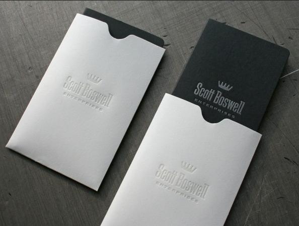 Mẫu thiết kế phong bì thư dang đứng với tông màu trắng thuần và được in logo chìm. Đôi khi đơn giản mới là đẹp nhất